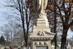 Figura Matki Bożej Apokaliptycznej na grobie Srzeniawskich i Małeckich