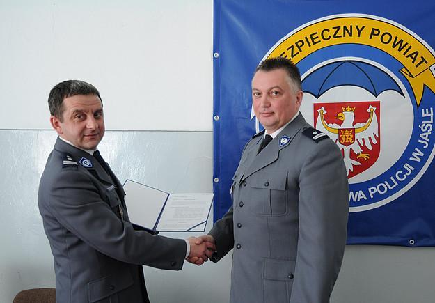 Wręczenie aktu nominacyjnego dla nowego zastępcy komendanta (fot. KPP w Jaśle)