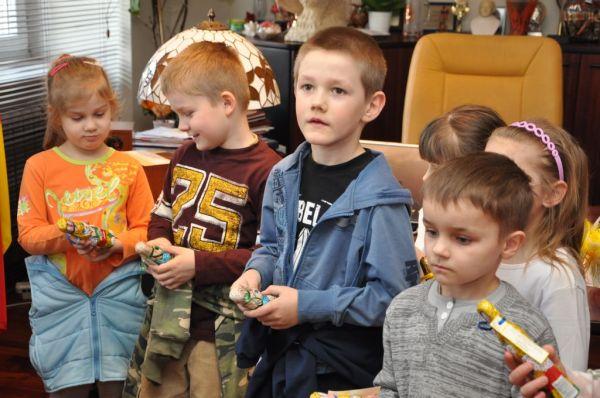 Przedszkolaki pilnie przyglądali się pracy pani burmistrz (fot. UMJ)