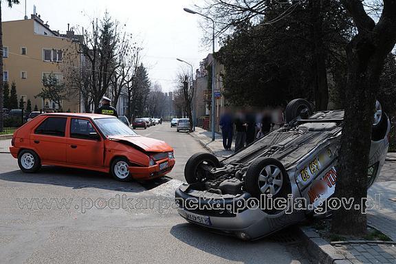 Skutki wypadku, do którego doszło w Jaśle (fot. KPP w Jaśle)