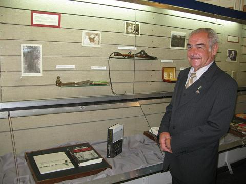 Sybiracy ze wzruszeniem przyglądali się wystawie w jasielskiej bibliotece (fot. MBP w Jaśle)