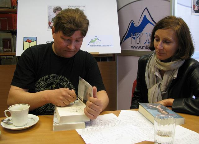 Podczas spotkania autor chętnie podpisywał swoje książki (fot. MBP w Jaśle)