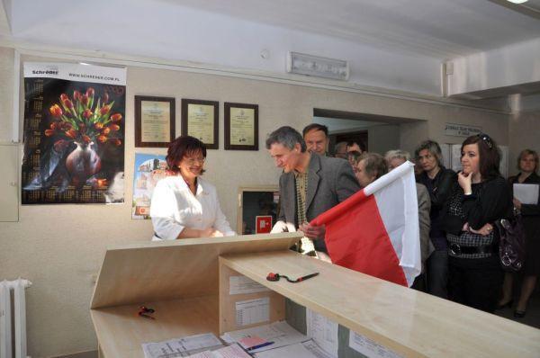W Urzędzie Miasta ustawiła się spora kolejka po darmowe flagi (fot. UMJ)