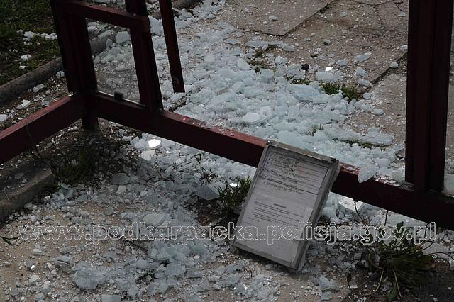 Zdewastowany przystanek (fot. KPP w Jaśle)