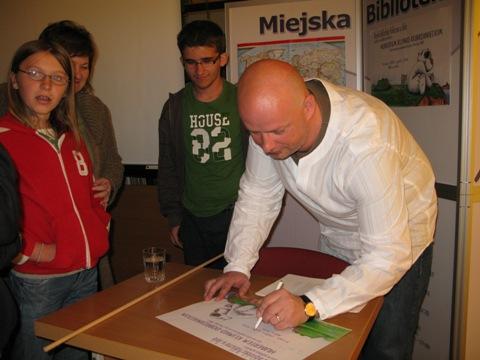 Po spotkaniu autor rozdawał autografy (fot. MBP)