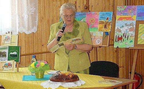 Maria Tomasik zaprezentowała fragment swojego nowego tomiku. Fot. GBP w Szebniach