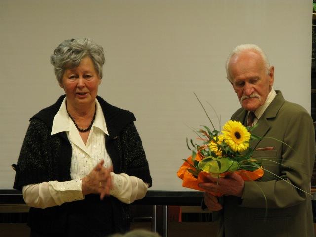 Felicja Jałosińska, prezes SMJiRJ oraz Bogusław Mastej, autor książki. Fot. MBP w Jaśle