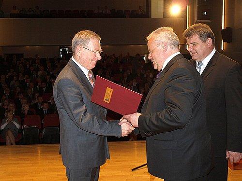 Wójt Stanisław Pankiewicz odbiera nagrodę z rąk wojewody podkarpackiego. Fot. Andrzej Józefczyk Tygodnik Podkarpacie