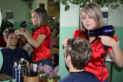 Pokazy fryzur, przygotowane przez uczennice ZS nr 2. Fot. archiwum ZS nr 2