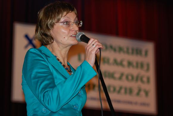Uroczyste podsumowanie konkursu poprowadziła dyrektor jasielskiej biblioteki Małgorzata Piekarska. Fot. Damian Palar