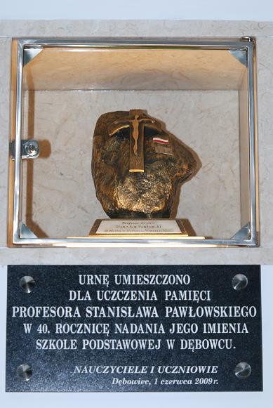 Urnę z ziemią pochodzącą z miejsc związanych ze śmiercią prof. Pawłowskiego wmurowano wewnątrz budynku szkoły. Fot. Damian Palar