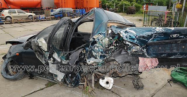 Tyle zostało z samochodu, którym podróżowało dwóch młodych mężczyzn. Fot. KPP w Jaśle