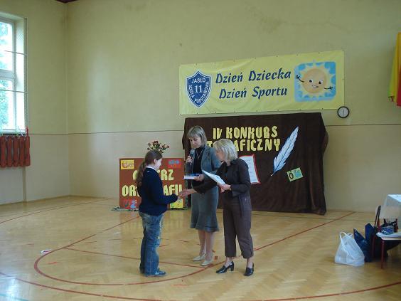 Wręczenie nagrody dla laureatki I miejsca Patrycji Maćkowiak. Fot. ZSM nr 2