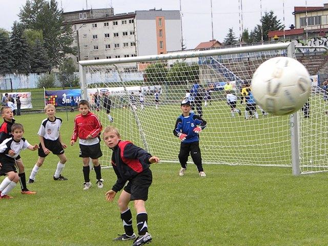 Młodzi piłkarze z zaangażowaniem walczyli pod bramką o każdą piłkę. Fot. archiwum