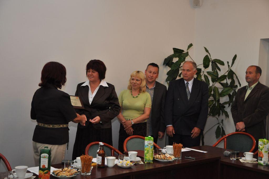 Nagrodę odbiera przewodnicząca Zarządu Osiedla Bryły Zofia Kras. Fot. UMJ