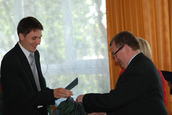 Nagrodę z rąk wicestarosty jasielskiego odbiera Piotr Śliż z ZSP w Kołaczycach. Fot. Damian Palar