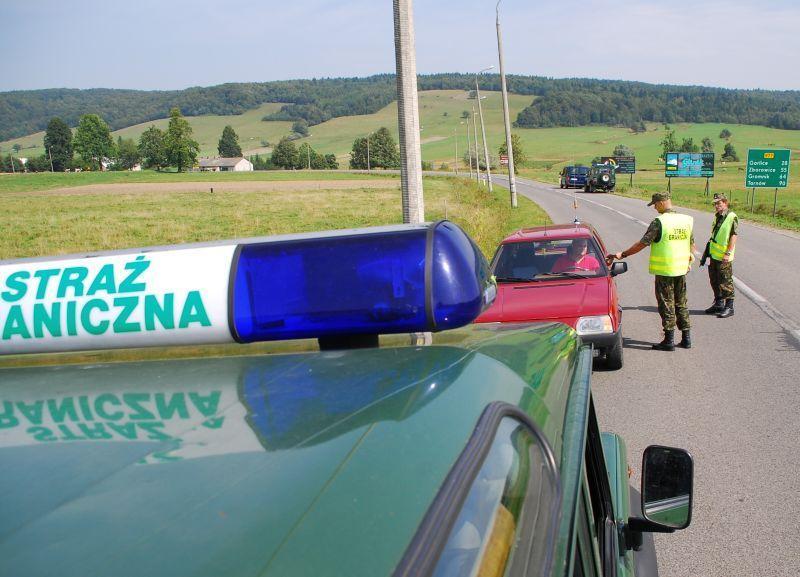 kontrola dokumentów przez strażników granicznych z KOSG. Fot. archiwum KOSG