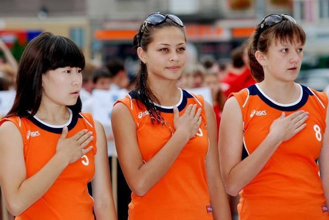 W turnieju siatkówki dziewcząt, wygrały reprezentantki Kazachstanu. Tutaj podczas ceremonii otwarcia turnieju. Fot. Damian Palar