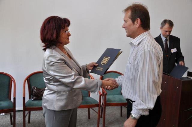 List gratulacyjny odebrał m.in. p.o. dyrektor MOSiR Tadeusz Baniak. Fot. UMJ