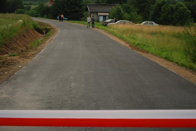 Na przecięcie wstęgi i oddanie drogi do użytku mieszkańcy wsi czekali od kilku lat. Fot. Damian Palar
