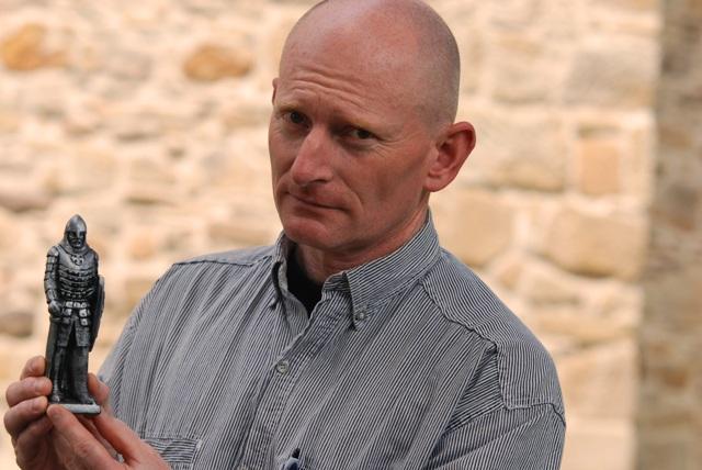 Tomasz Kasprzyk prezentuje miniaturę średniowiecznego rycerza. O tym, jak będzie wyglądać rzeźba, zadecydują również Państwa opinie. Fot. Damian Palar