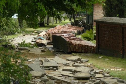 Żywioł wody zniszczył wszystko, co napotkał na swojej drodze. Nawet mur otaczający miejscowy kościół. Fot. Krzysztof Czeluśniak