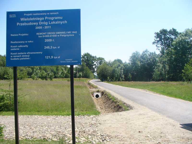 Wyremontowana droga w Pielgrzymce zyskała nową nawierzchnię. Jezdnia ma teraz trzy metry szerokości. Fot. UG w Osieku Jasielskim