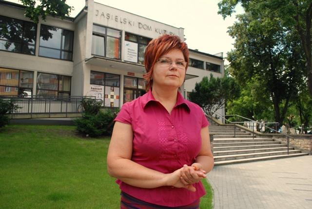 Dyrektor Jasielskiego Domu Kultury Krystyna Kasprzyk jest zawiedziona, że przebudowa budynku odłoży się w czasie o kolejne kilka miesięcy. Fot. Daniel Baron