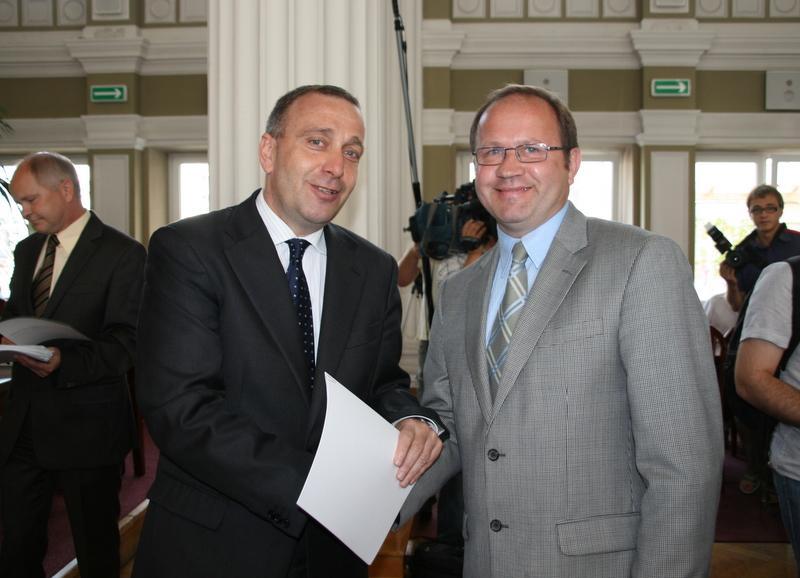 Promesę odbebrał m.in. wiceburmistrz Jasła Leszek Zduński. Fot. PUW