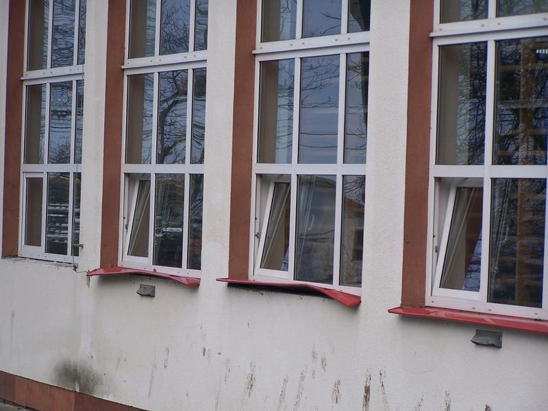 Wandale wielokrotnie niszczyli budynek szkoły w Tarnowcu. Fot. arch. UG w Tarnowcu