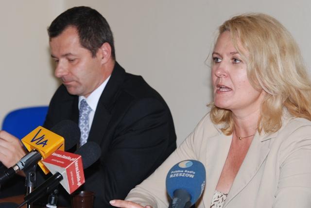 Szefowa podkarpackiej PO Elżbieta Łukacijewska próbowała odpowiedzieć na pytanie, dlaczego jasielskie struktury partii zostały rozwiązane. Fot. Damian Palar