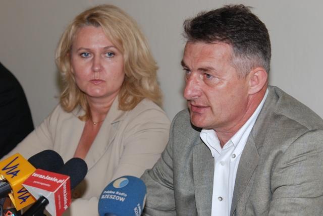 Poseł Marek Rząsa, obok siedzi szefowa podkarpackiej PO Elżbieta Łukacijewska. Fot. Damian Palar