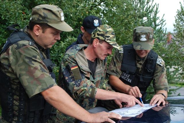 Służby ratownicze ustalają na mapie trasę poszukiwań. Fot. Damian Palar