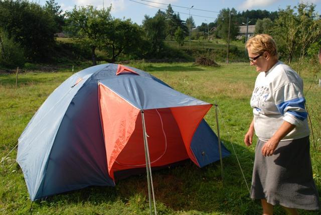 Barbara Sojka pokazuje namiot, w którym mieszkał tajemniczy mężczyzna. Fot. Damian Palar