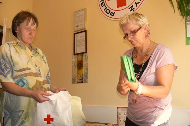 Krystyna Długosz (z prawej) wydaje jedną z Wyprawek dla Żaka. Fot. Damian Palar