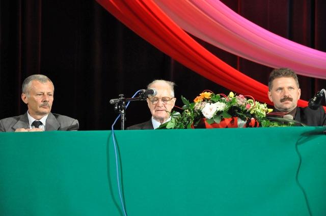 Od lewej siedzą: sekretarz miasta Józef Bajorek, Ryszard Dalecki, Mariusz Świątek. Fot. archiwum UMJ