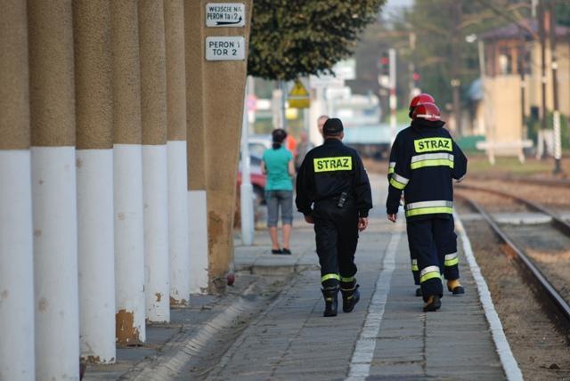 Strażacy przeszukują teren dworca kolejowego. Fot. terazJaslo.pl / Damian Palar