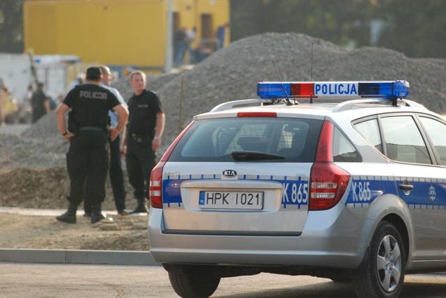 Policja przed budowanym hipermarketem na ulicy Lwowskiej. Fot. terazJaslo.pl / Damian Palar