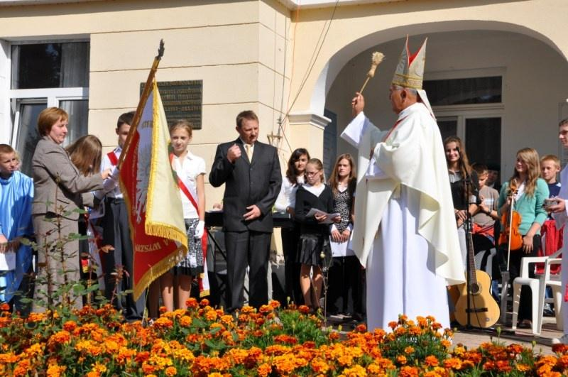 Poświęcenie sztandaru przez biskupa Edwarda Białogłowskiego. Fot. UMJ