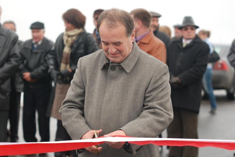 Uroczystego otwarcia drogi dokonał m.in. senator RP Stanisław Zając. Fot. Damian Palar / terazJaslo.pl