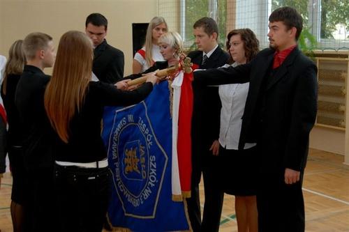 Ślubowanie uczniów na sztandar szkoły. Fot. archiwum Chemika