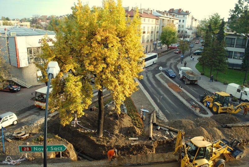 Przy okazji budowy ronda, trwają prace modernizacyjne sieci wodociągowej. Fot. Damian Palar