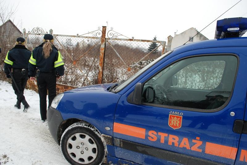 Straż Miejska kontroluje opuszczone budynki, w których mogą przebywać bezdomni. Fot. archiwum terazJaslo.pl