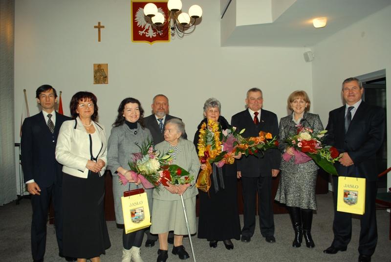 Rodziny uhonorowanych wraz z władzami miasta. Fot. Damian Palar / terazJaslo.pl
