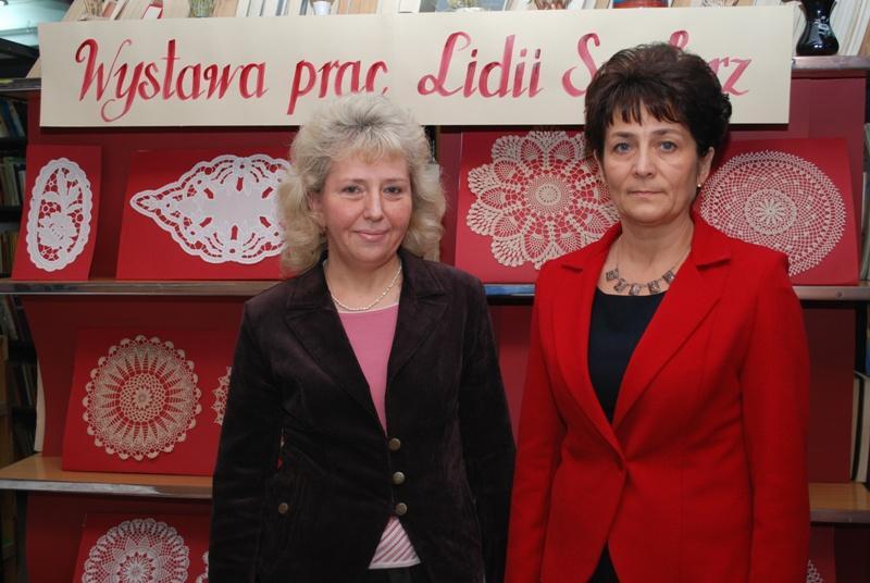 Autorka prac (z prawej) i kierownik PBW na tle prezentowanej ekspozycji. Fot. Damian Palar / terazJaslo.pl