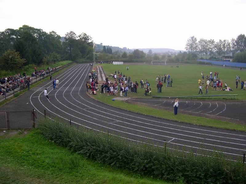 Stadion lekkoatletyczny w czasie zawodów. Fot. archiwum ZS w Trzcinicy