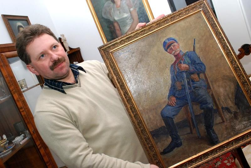 Mariusz Świątek, historyk z jasielskiego muzeum prezentuje portret legionisty Piotrowicza. Fot. Damian Palar / terazJaslo.pl
