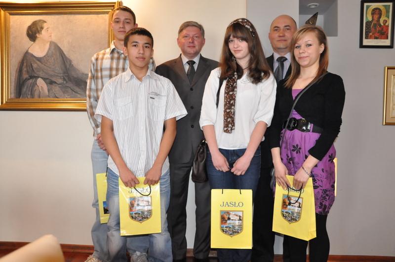 Jasielscy karatecy nagrodzeni przez burmistrza. Fot. Urząd Miasta