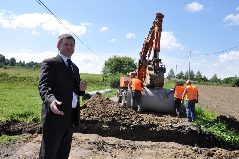 Starosta jasielski Adam Kmiecik wizytuje remontowane odcinki dróg powiatowych