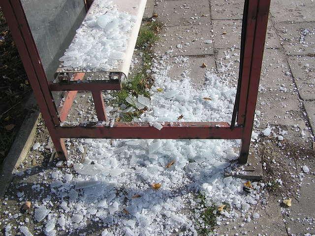 Zdemolowany przystanek autobusowy